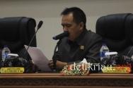Wakil Ketua DPRD Inhil H Feriyandi menyampaikan amaran sebagai pimpinan rapat paripurna