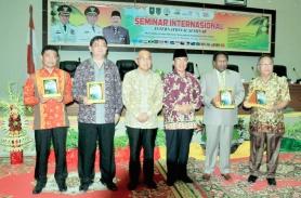 Bupati didampingi Gubernur Riau Arsyadjuliandi Rachman, Direktur Eksekutif APCC berfose menjelang pelaksanaan seminar internasional di Gedung DPRD Inhil di Tembilahan