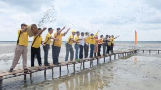 Bupati Inhil bersama sejumlah pejabat esselon dan unsur Forkopimda Inhil menebar bibit kerang di pantai Bidari Desa Tanjung Pasir Kecamatan Tanah Merah