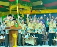 Bupati Inhil HM Wardan beserta sejumlah pejabat dan delegasi internasional melambaikan salam kelapa saat pembukaan kegiatan FKI 2017 di lapangan gadjah mada tembilahan