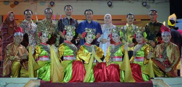 Bupati Inhil HM Wardan dan Istri berfose bersama sejumlah penari pada malam Pagelaran Seni Melayu Serumpun dalam rangkaian Festival Kelapa Internasional Tahun 2017 di Kab inhil
