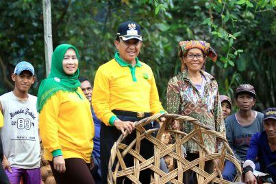 Bupati Inhil HM Wardan dan istri Hj Zulaikah berfoto bersama sejumlah masyarakat petani kelapa di Negri Hamparan Kelapa Dunia