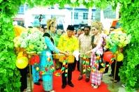 Bupati Inhil HM Wardan memotong pita sebagai tanda diresmikannya pameran FKI 2017