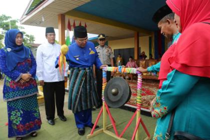 Bupati Inhil HM Wardan memukul gong tanda diresmikannya pelaksanaan MTQ ke 38 Kecamatan Tempuling