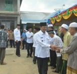 Bupati Inhil HM Wardan menyalami sejumlah tokoh masyarakat dan alim ulama dalam kunjungan safari ramdhannya di Desa Belantaraya