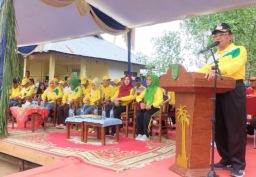 Bupati Inhil HM wardan menyampaikan sambutan pada pelaksanaan festival sampan leper dan festival dayung sampan pelepah kelapa di kuala getek Kecamatan Batang Tuaka