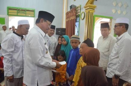 Bupati Inhil HM wardan menyerahkan bantuan kepada sejumlah anak yatim dalam rangkaian kegiatan sfari ramdhannya