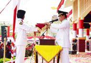 Bupati Inhil HM Wardan menyerahkan bendera merah putih kepada petugas pengibar bendera