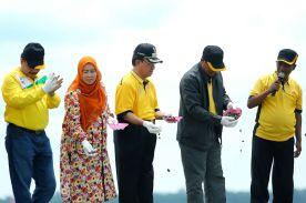 Didampingi istri Hj Zulaikah, Bupati Inhil HM Wardan menebarkan bibit kerang