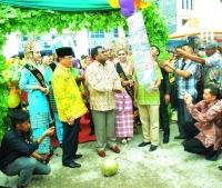 Direktur Eksekutif APCC, Mr Uron Neil didampingi Bupati Inhil HM Wardan melepaskan balon ke udara saat pembukaan pameran FKI 2017