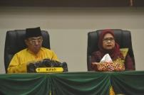 Bupati Inhil HM Wardan duduk berdampingan dengan Ketua DPRD Riau Hj Septina Primawati saat pelaksanaan Rapat Paripurna Istimewa Milad ke-52 Kabupaten Indragiri Hilir