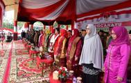 Sejumlah pejabat dan para tamu kehormatan mengikuti rangkaian kegiatan peringatan detik-detik proklamasi di lapangan upacara jalan gadjahmada Tembilahan