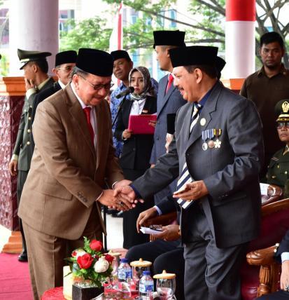 Wabup Inhil H Rosman Malomo berjabat tangan erat dengan Sekda Inhil H Said Syarifuddin