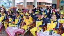 Bupati Inhil HM Wardan di dampingi Istri, Unsur Forkopimda san sejumlah pejabat melambat tangan pada parade atlet disela acara kegiatan pelepas