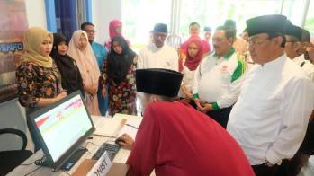 Bupati Inhil, HM Wardan melihat cara kerja pursuit computer di 'eBilik' Diskominfo Persantik Inhil