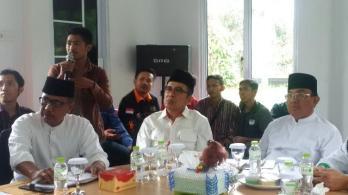 Bupati Inhil, HM Wardan mendengarkan penyampaian aspirasi salah seorang wartawan pada rapat bersama insan pers.