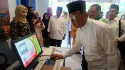 Bupati Inhil, HM Wardan mengoperasikan salah satu Pursuit Computer di 'eBilik' Diskominfo Persantik Inhil