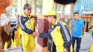 Bupati Inhil HM Wardan menyalami Ketua KONI Inhil H Syamsurizal Awi