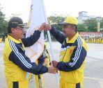 Bupati Inhil HM Wardan menyerahkan pataka KONI Inhil kepada Ketua rombongan Atlit Inhil