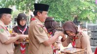 Bupati Inhil HM Wardan menyerahkan piagam Panca Warsa sekaligus memberi selamat kepada salah seorang penerima