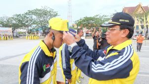 Bupati Inhil mengenakan seragam dan kelengkapan kepada atlit secara simbolis kepada perwakilan atlit inhil ajang Porprov Riau ke 9 di Kampar