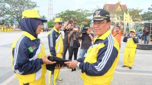 Bupati Inhil mengenakan seragam dan kelengkapan kepada atlit secara simbolis kepada perwakilan atlit inhil ajang Porprov Riau ke 9 di Kampar (2)