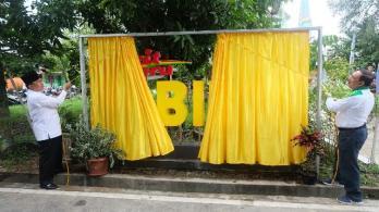 Bupati Kabupaten Inhil, HM Wardan didampingi Sekretaris Daerah Kabupaten Inhil, Said Syarifuddin membuka papan selubung tanda diresmikannya penggunaan media center 'eBilik' Diskominfo persantik Inhil.