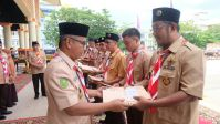 Ketua Gerakan Pramuka Kabupaten Inhil, Junaidi menyerahkan piagam penghargaan Pancawarsa dari Kwartir Pramuka Provinsi Riau