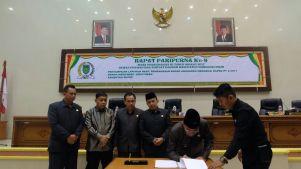 Bupati Inhil HM Wardan menandatangani Nota Kesepahaman APBD-P Kabupaten Inhil Tahun Anggaran 2017