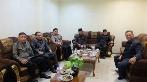 Bupati Inhil HM Wardan duduk berdampingan dengan Ketua DPRD Inhil H Dani M Nursalam menjelang pelaksanaan rapat paripurna di Gedung DPRD Inhil jalan HR Subrantas Tembilahan