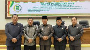 Bupati Inhil HM Wardan (tengah) foto bersama unsur pimpinan DPRD Inhil usai penandatanganan nota kesepahaman APBD-P Inhil Tahun Anggaran 2017