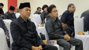 Kepala Bappeda Inhil Tengku Juhardi (kiri) beserta sejumlah pejabat esselon dilingkungan Pemkab Inhil ikut menghadiri pelaksanaan rapat paripurna di gedung DPRD Inhil