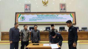 Ketua DPRD Inhil H Dani M Nursalam menandatangani Nota Kesepahaman APBD-P Kabupaten Inhil TA 2017