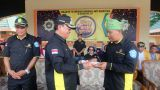 Bupati Inhil HM Wardan memberikan potongan tumpeng peringatan Milad Ke - 18 Granat kepada Ketua DPC Granat Inhil, Zakaria