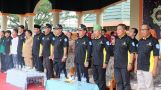 Bupati Inhil HM Wardan tampak serius melantunkan lagu Kebangsaan Indonesia Raya saat menghadiri peringatan HUT ke 18 Granat di lapangan upacara jalan Gadjah Mada Tembilahan