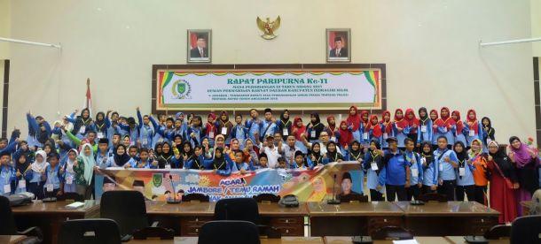 Ketua DPRD Inhil Dani M Nursalam didampingi sejumlah anggota foto bersama dengan peserta Jambore anak PMKS