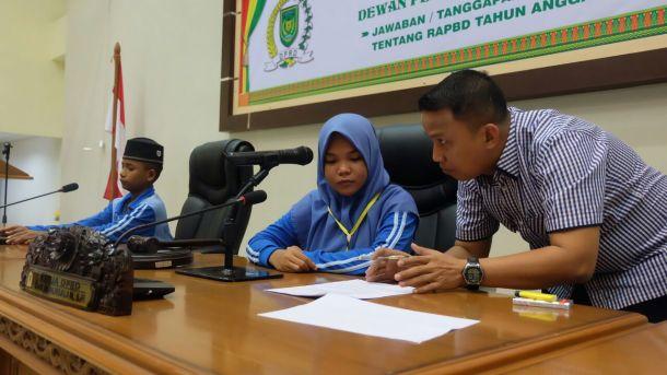 Ketua DPRD Inhil Dani M Nursalam memberikan arahan secara langsung kepada salah seorang peserta Jambore anak-anak PMKS