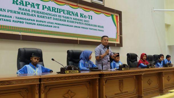 Ketua DPRD Inhil Dani M Nursalam memberikan panduan kepada anak-anak peserta jambore PMKS tentang pelaksanaan jalannya rapat paripurna