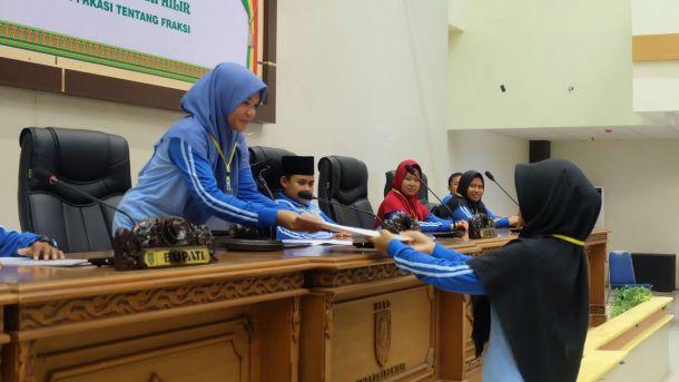 Penyerahan laporan kepada pimpinan sidang pada praktek rapat paripurna yang dilakukan peserta jambore anak-anak PMKS