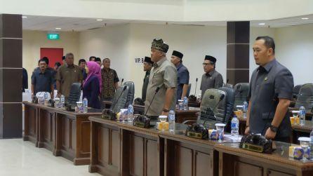 Sejumlah anggota DPRD Inhil dan peserta rapat paripurna tampak serius melantunkan lagu Kebangsaan Indonesia Raya