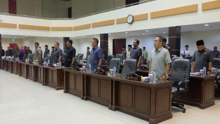 Seluruh anggota DPRD Inhil yang ikut menghadiri rapat paripurna ke 10 saat melantunkan lagu Indonesia Raya