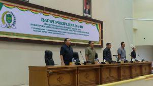 Unsur pimpinan DPRD dan Sekda Inhil saat melantunkan lagu Kebangsaan Indonesia Raya mengawali pelaksanaan rapat paripurna