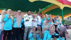 Caleg DPR RI Dapil Riau 2 M Said Bakhri dan Ketua DPC Demokrat Inhil H Syamsuddin Uti Foto bareng emak-emak milenial
