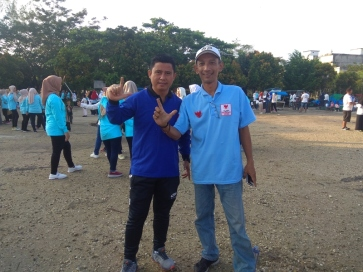 Ketua Brigade 08 Inhil, Ikhwan Darius Foto salam dua jari dengan sekretaris DPD PAN Inhil H Adriyanto