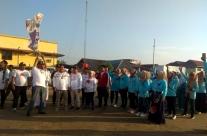 Ketua Demokrat Inhil H Syamsuddin Uti mengangkat bendera star melepas jalan santai relawan Roemah Djoeang dan relawam Emak-Emak Inhil